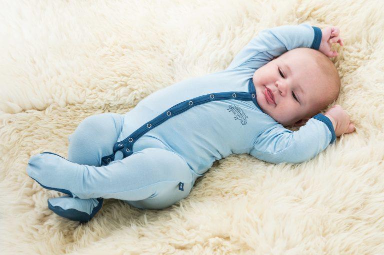 Как одевать новорожденного летом, если погода не радует теплыми деньками