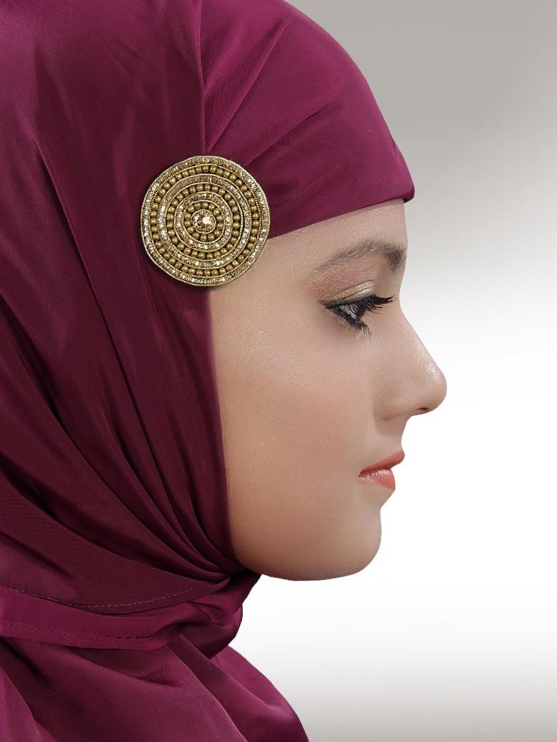 Завязываем хиджаб, используя булавку и брошь