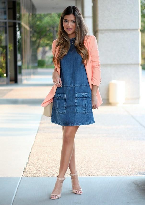 Какая верхняя одежда стильно смотрится с джинсовым платьем?