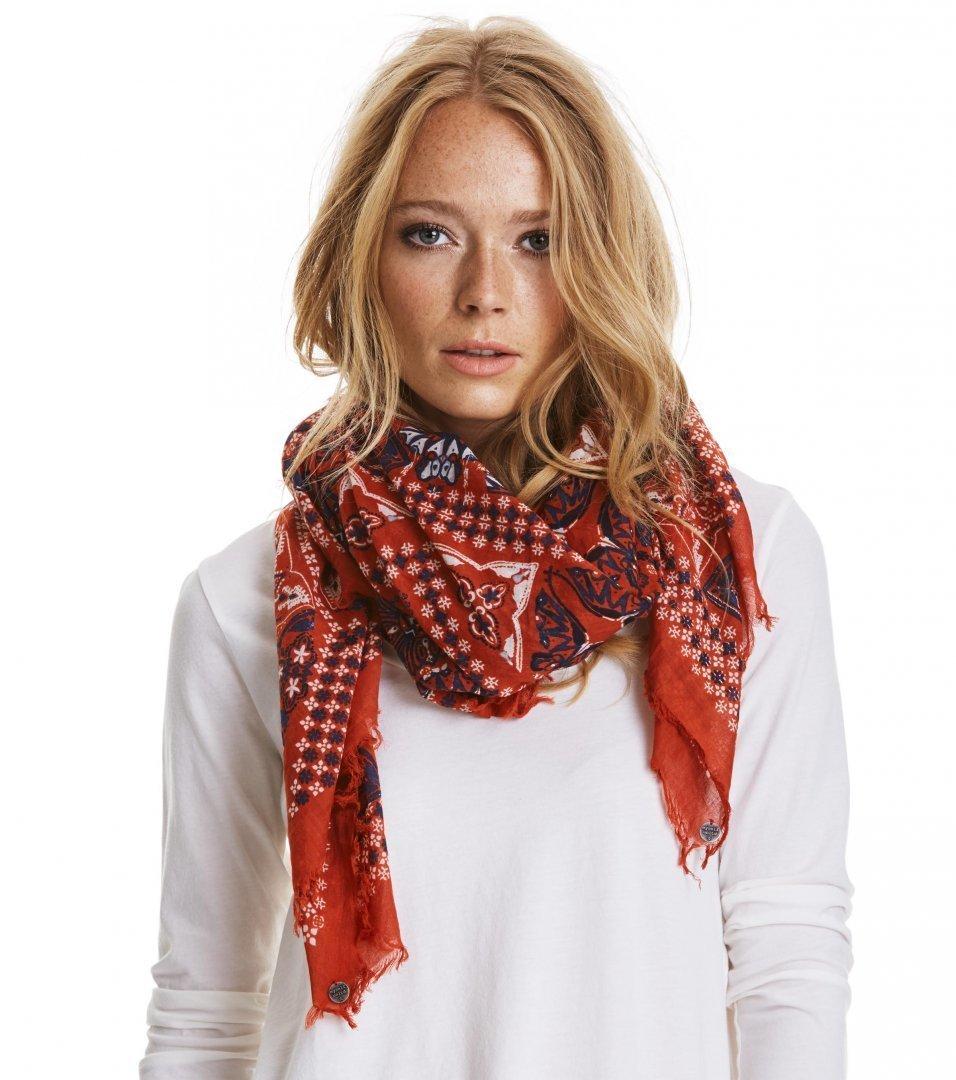 Как красиво завязать квадратный платок на шее ?