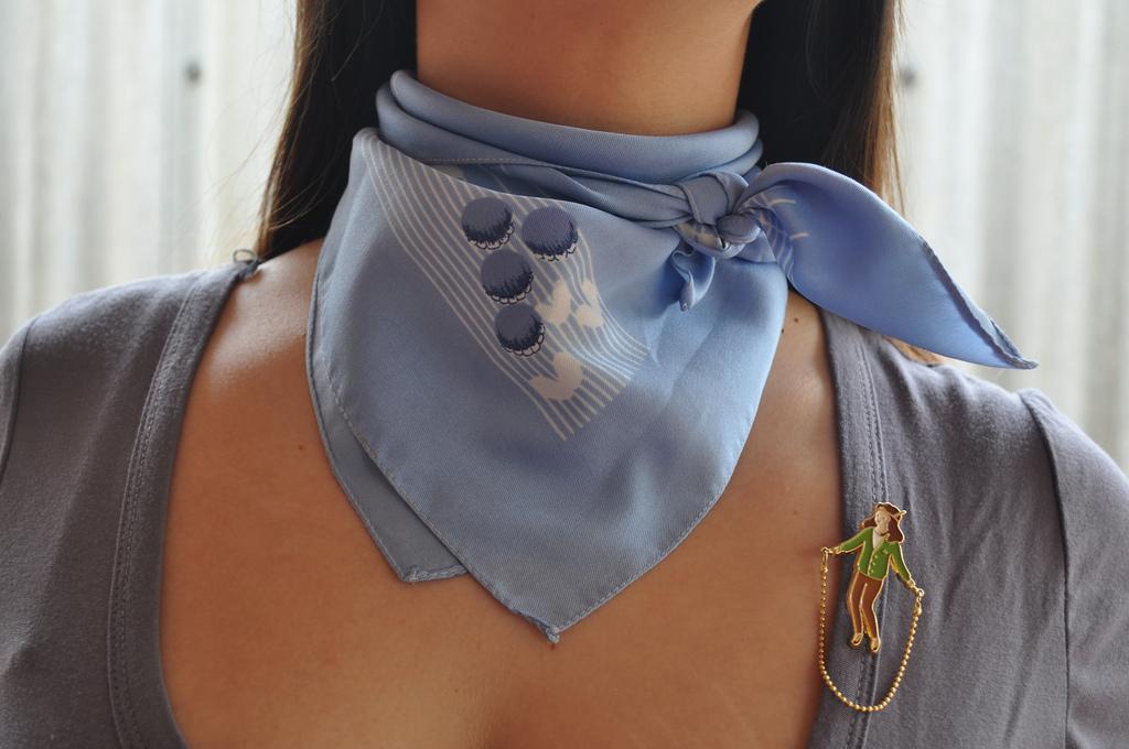 Как красиво повязать на шее меленький платок ?