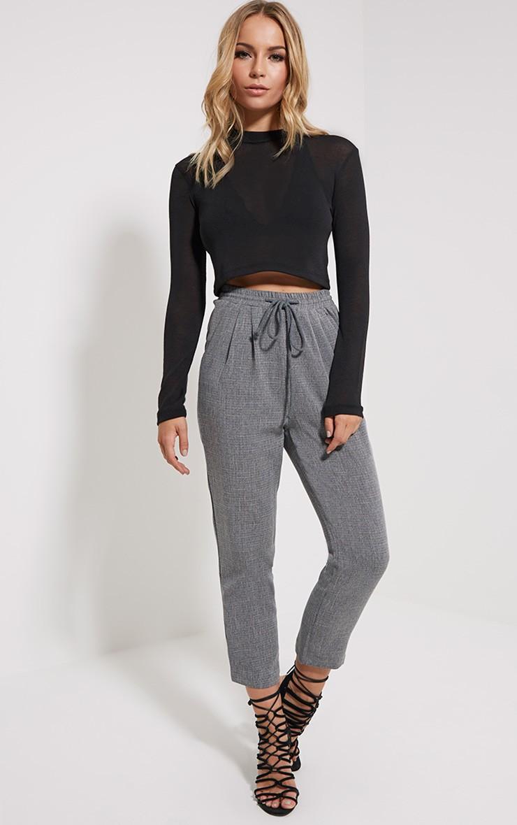 Как носить серые брюки ярко и оригинально?