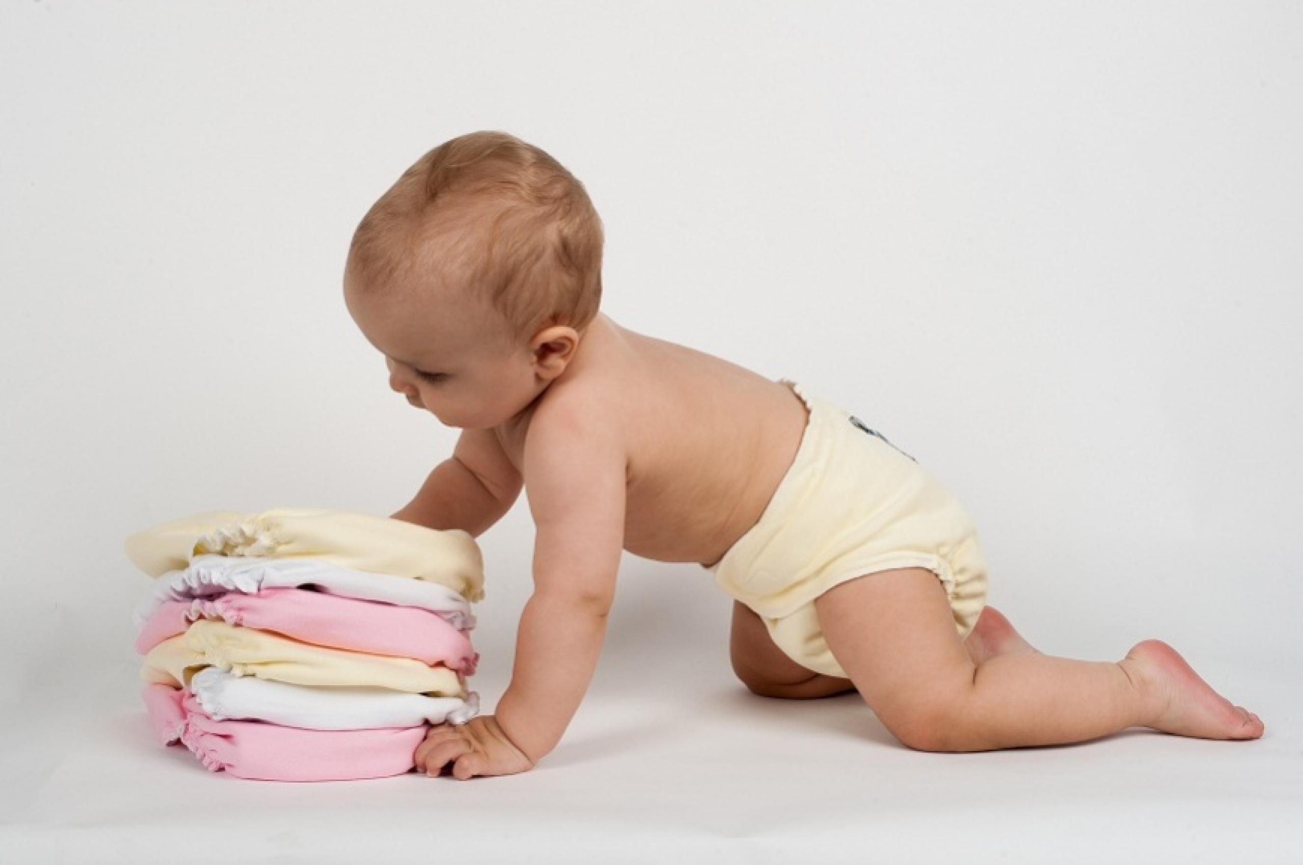 Как одеть памперс мальчику и девочке