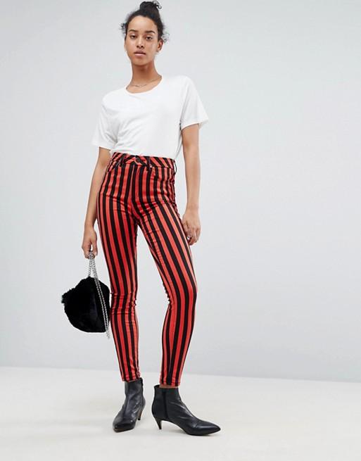 Как правильно выбирать модные брюки в полоску?