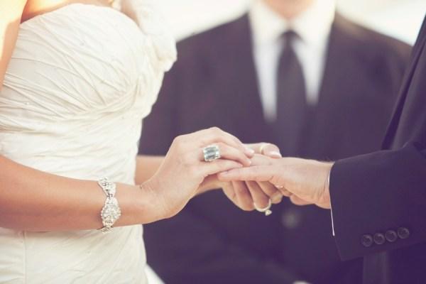 На какой руке носят обручальное кольцо мужчины и женщины в России