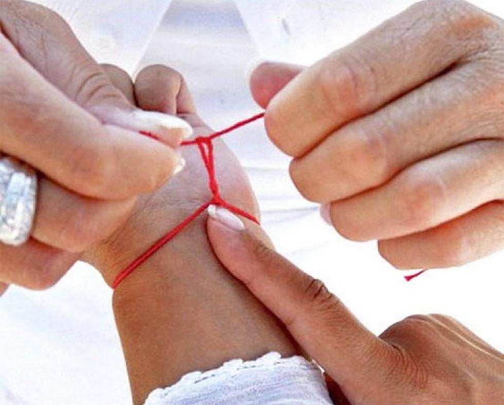 На какой руке правильно носить красную нить?