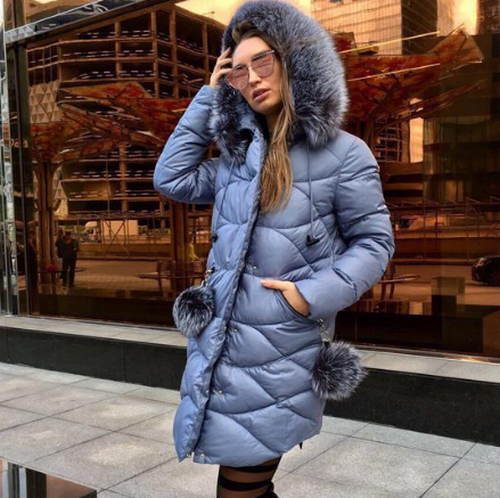 Пуховики, шубы, пальто на снежных улицах города