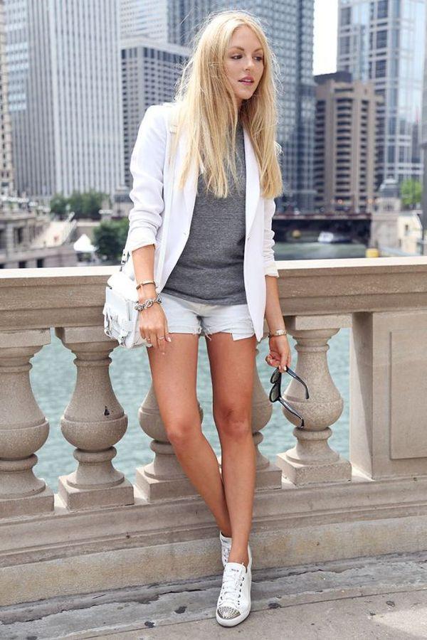 С чем носить белые кеды
