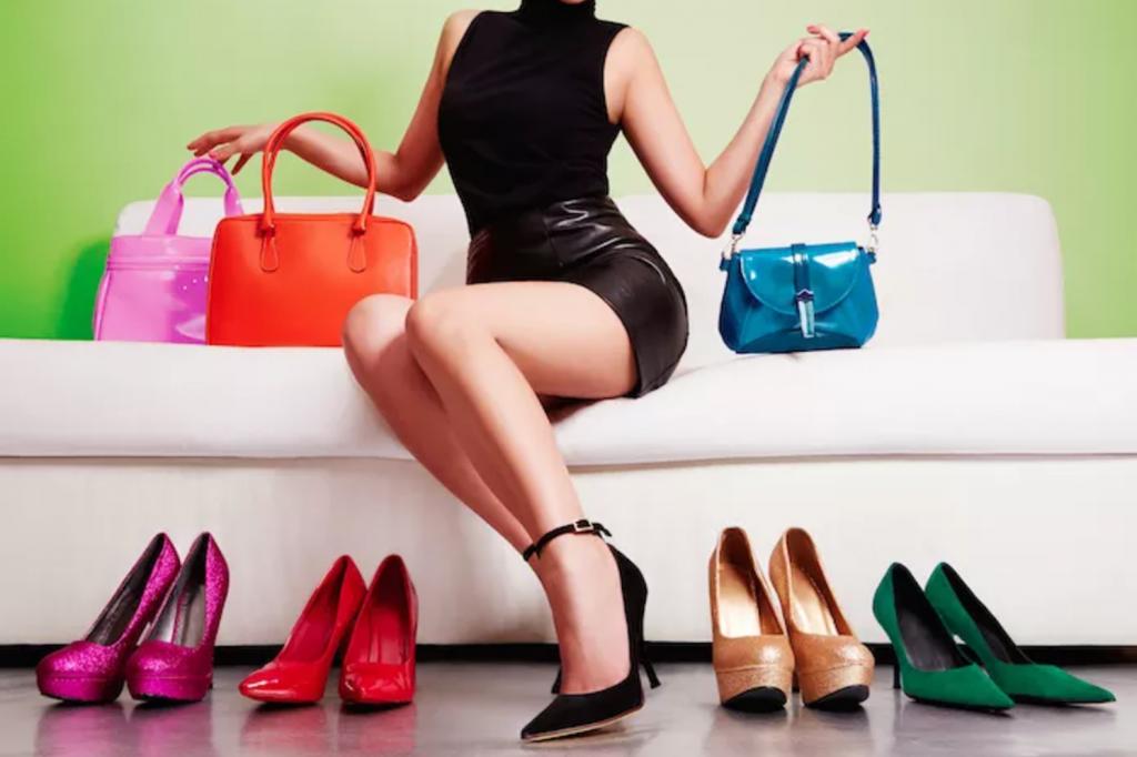 Туфли необходимо подбирать вместе с сумкой, клатчем, ремешком, брошью